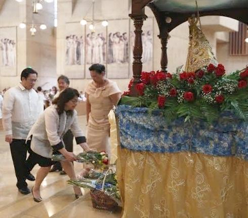 Consul General Leo Herrera-Lim and wife, Fidelis Carino, offer flowers to the Sto Nino.