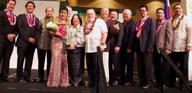 The governor with Filipino community leaders in Hawaii.