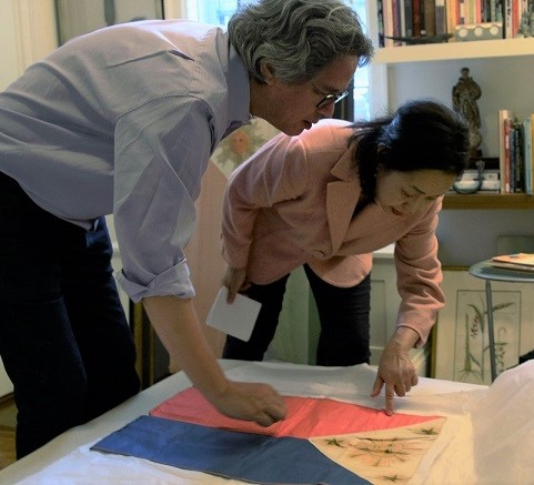 Michael Purugganan shows to The FilAm how the early Philippine flags had a face instead of the sun.