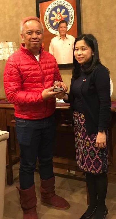 Consul General Tess Dizon-De Vega congratulates 'Area' director Louie Ignacio, says her office promotes indie films. Photo: Philippine Consulate General New York