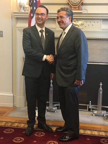 Secretary Alan Peter Cayetano (left) and U.S. Solicitor General Noel Francisco  in a September 28 meeting. Both officials are born to American mothers and Filipino fathers.