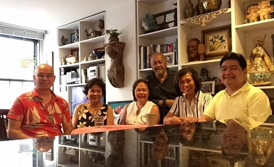 Mars and Cora (center) entertaining  long-time friends in his home, from left, Jerry Sibal, Dr. Angie Cruz, Loida Nicolas Lewis, and Edwin Josue. Photo courtesy of Edwin Josue