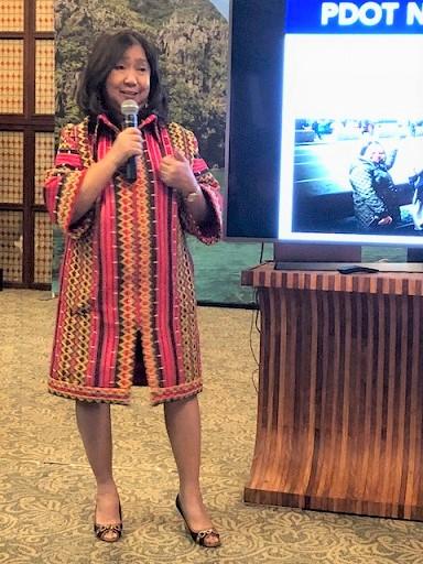 Del Mundo gives a presentation to the FilAm media. The FilAm Photo