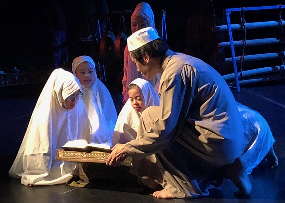 The children of Mindanao learn the Quran following the arrival of Islam in the 13th century.